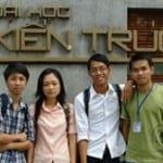 """Nhóm sinh viên nghiên cứu đề tài """"Tận dụng xốp phế thải để sản xuất bêtông nhẹ"""": Minh Tân, Hoàng Nguyên, Kim Thanh và Thế Anh (từ phải sang) - Ảnh: PHƯỚC TUẦN"""